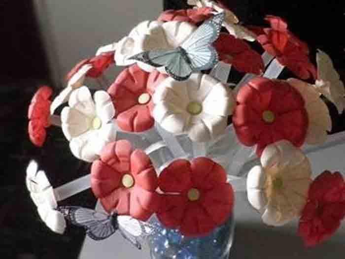 Цветы из донышек пластиковых бутылок