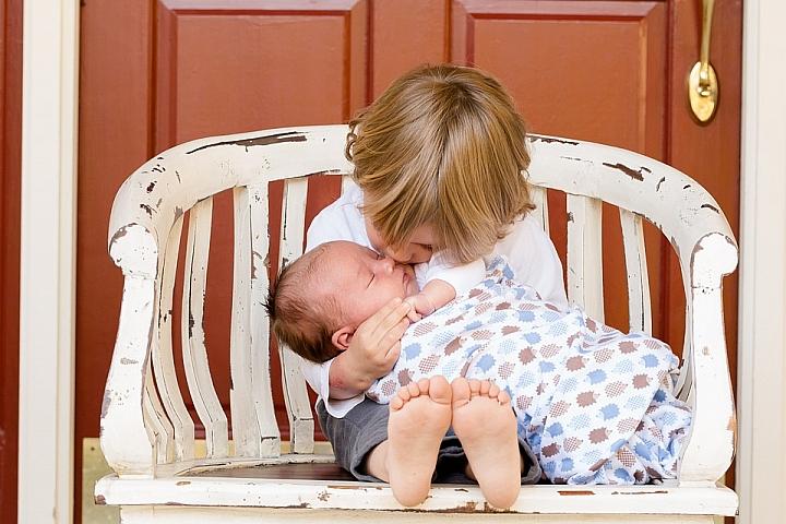 Младшие и старшие: 8 ужасных вещей, которые может сделать с младенцем старший брат или сестра